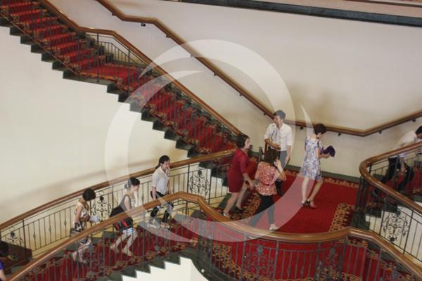 Nhiều khách hàng nhanh chóng di chuyển tới hội trường nơi tổ chức hội thảo