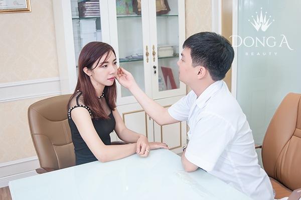 Bác sĩ tư vấn cho khách hàng về trình trạng mắt đang gặp phải